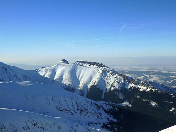 Giewont (1894 m n.p.m.). Jego główny wierzchołek, Wielki Giewont, jest najwyższym szczytem w Tatrach Zachodnich położonym w całości na terenie Polski.