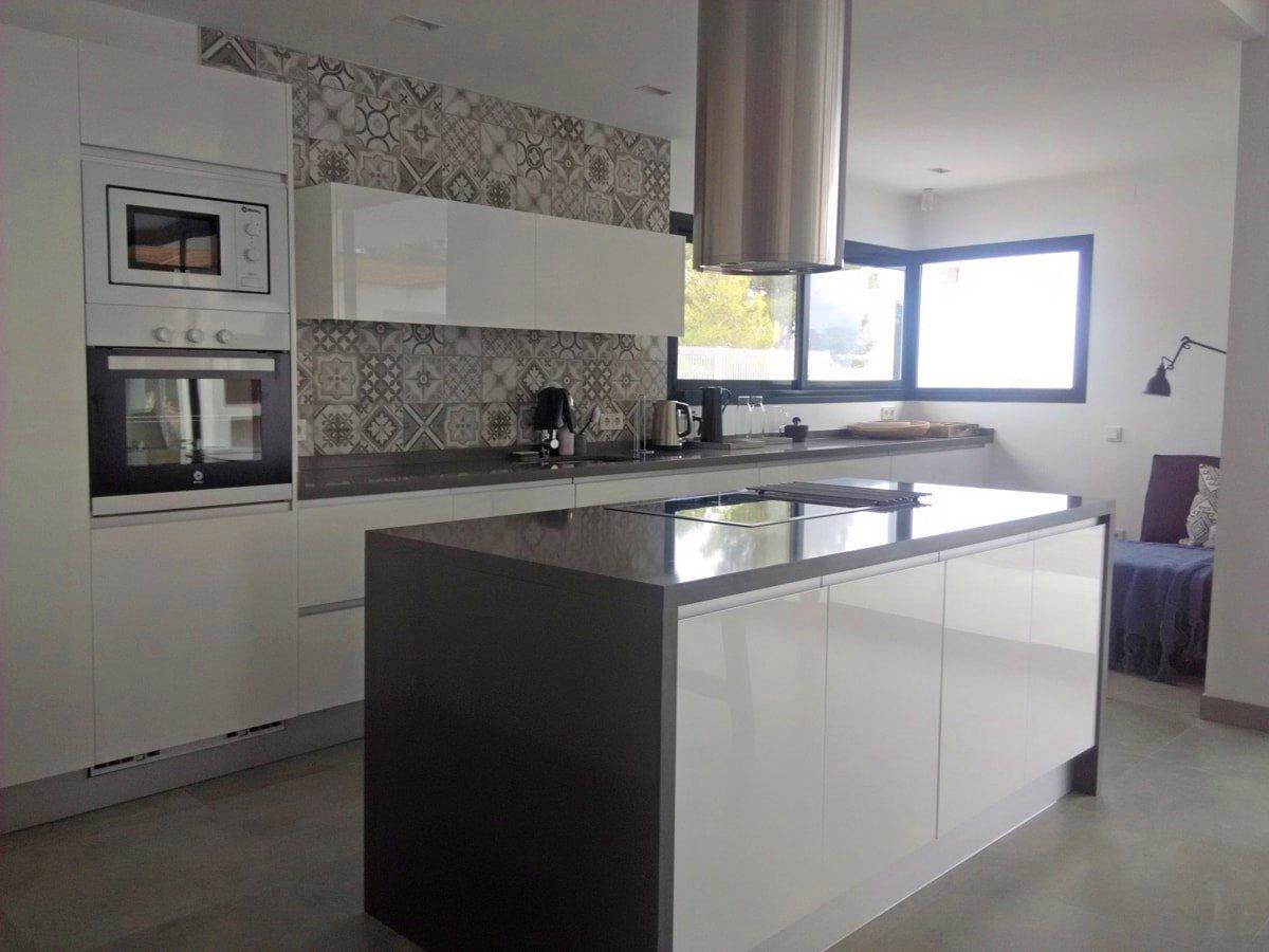 Una pared de azulejos elemento clave para decorar la for Cocina blanca y suelo gris