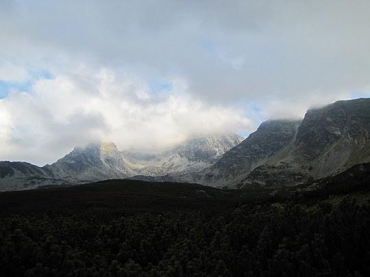 Spoglądamy Kościelec i na Świnicę - ich wierzchołki skrywa chmura.