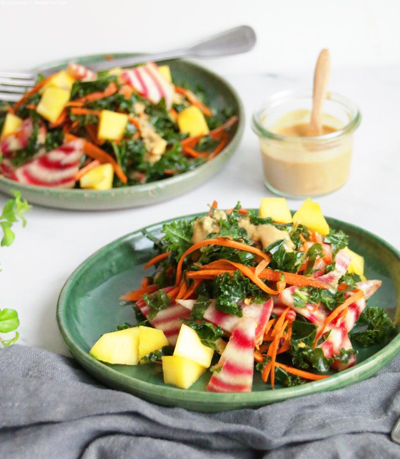 Grünkohlsalat mit Mango & Erdnussdressing