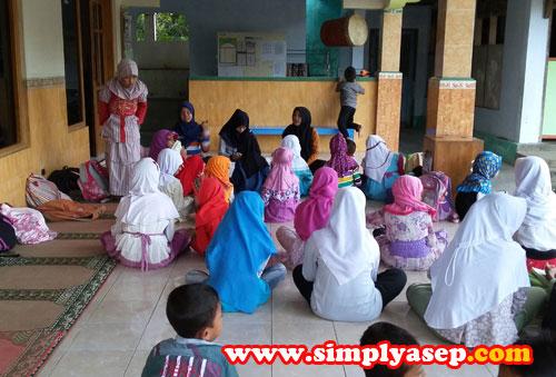 MENGAJI  :  Anak anak TPA duduk dengan rapih menunggu giliran untuk mengaji dengan trainer dari Remaja Masjid setempat.   Foto Asep Haryono