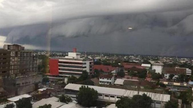 Heboh, Awan Berbentuk Gelombang Tsunami Muncul di Langit Makassar