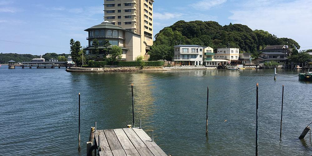 舘山寺方面から浜名湖内浦を通して堀江藩邸の建っていた御陣山を望む