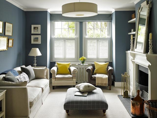 Темно-синие стены и белые розы в английском интерьере