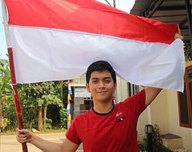Ajil Ditto Membawa Bendera