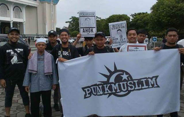 Tonton Videonya!!  Kamunitas Punk Aja Kalau Agamanya Di Hina Marah, Tapi Kok Ada Ya Muslim Malah Bela Kafir!