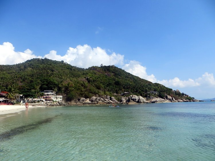 Скалы по бокам пляжа