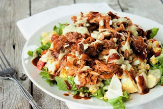 "<img src=""pollo-con-ensalada.jpg"" alt=""es el menú ideal para el tercer nivel de la dieta Atkins"">"