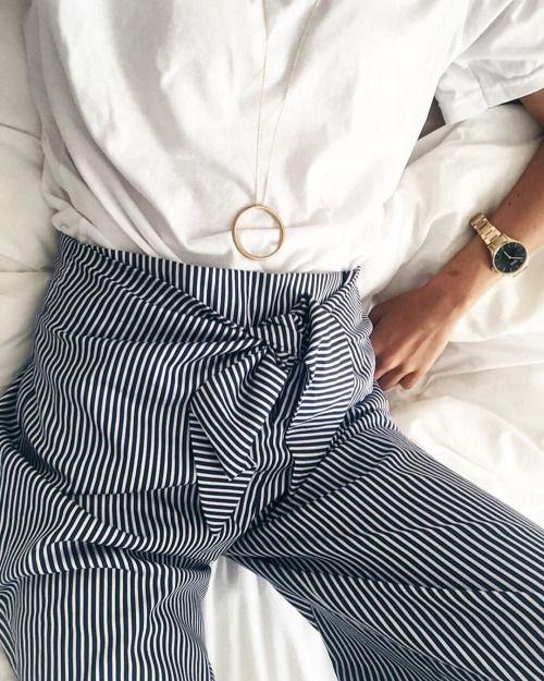pantaloni palazzo a righe bianche e blu blusa e orologio