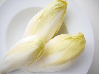 Chicorée auf weißem Teller