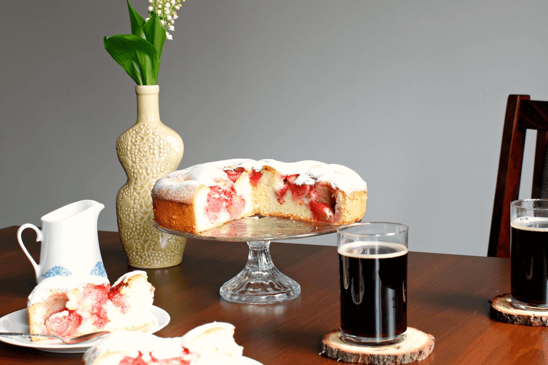 Biszkoptowe ciasto z truskawkami. Przepis na łatwe ciasto z sezonowymi owocami.
