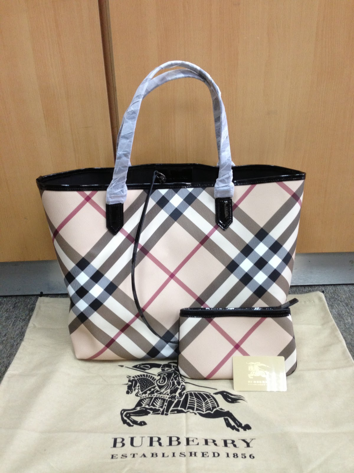 45323a181b96 100% AUTHENTIC BURBERRY MEDIUM NOVA CHECK TOTE BAG WITH ZIP POUCH
