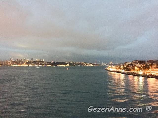 Kız Kulesi seyir terasından gün batımında İstanbul Boğazı manzarası