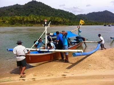 Dari pantai Pancer bisa naik perahu nelayan ke pantai Wedhi Ireng.