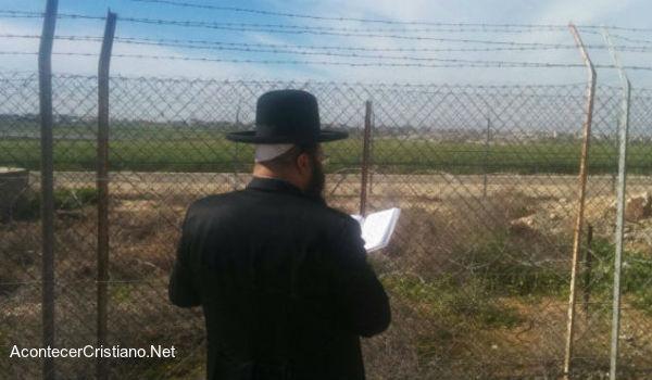 Rabino orando en la frontera con Gaza contra túneles de Hamás
