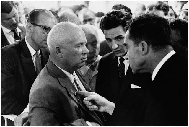 Kruscev e Nixon, fotografia di Elliott Erwitt, 1959