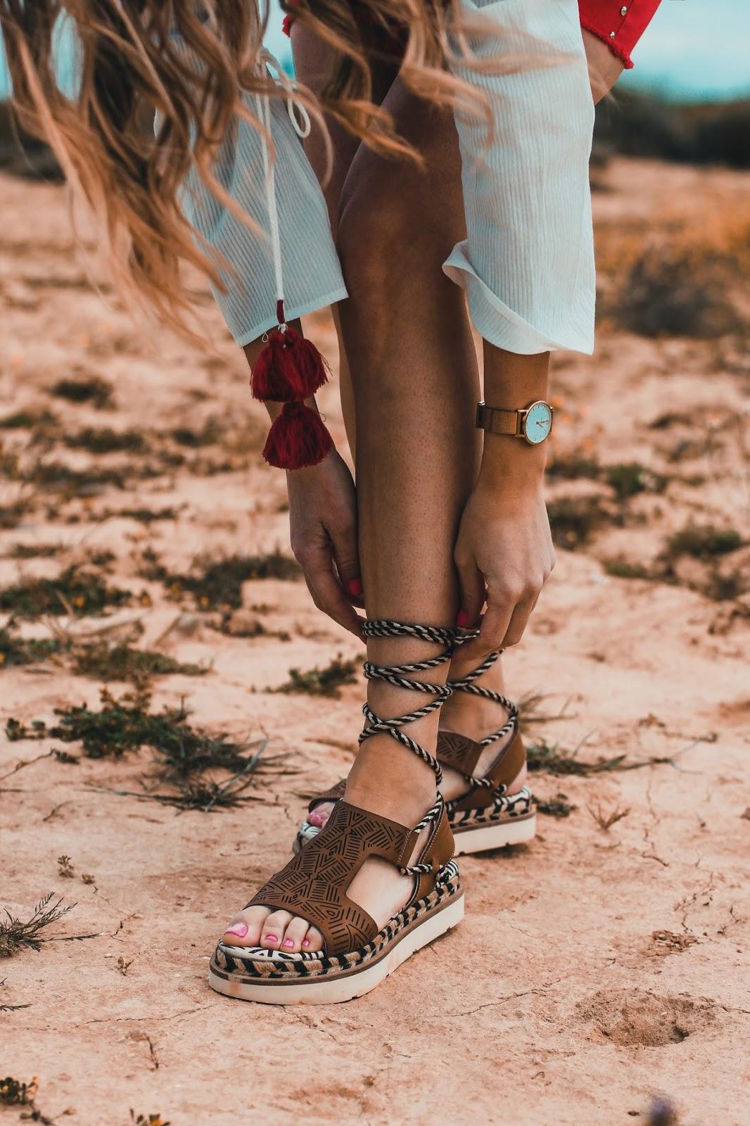sandalias atadas pierna