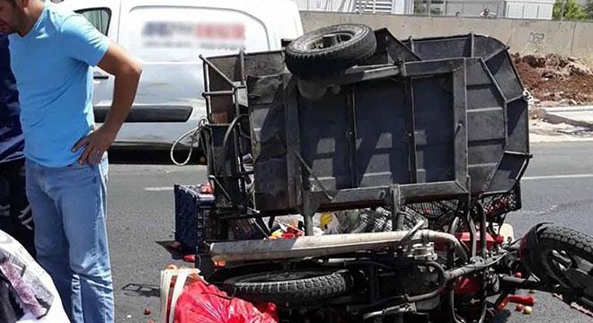 Diyarbakır Yenihal Kavşağında ticari araç sepetli motosiklete çarptı