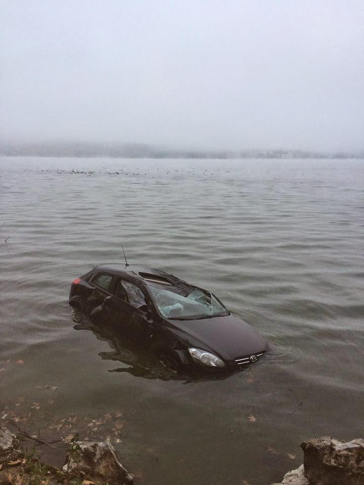Καστοριά :Αυτοκίνητο που οδηγούσε νεαρή κοπέλα έπεσε μέσα στην λίμνη τα ξημερώματα