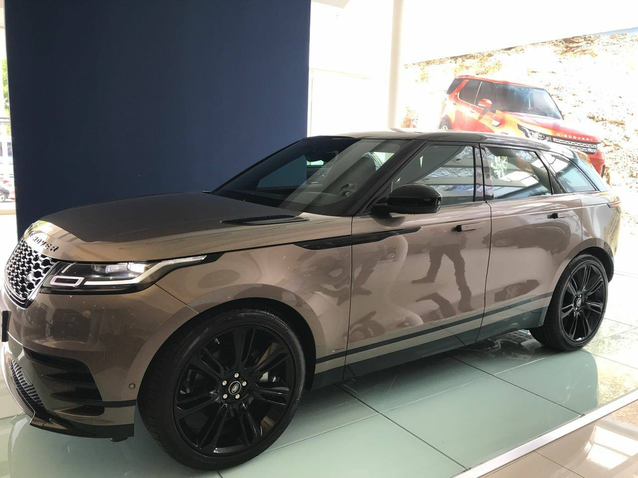 range rover velar fotos e v deo do suv no brasil pre os car blog br. Black Bedroom Furniture Sets. Home Design Ideas