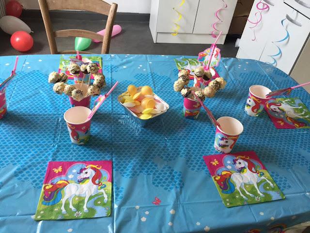 table d'anniversaire sur les licornes
