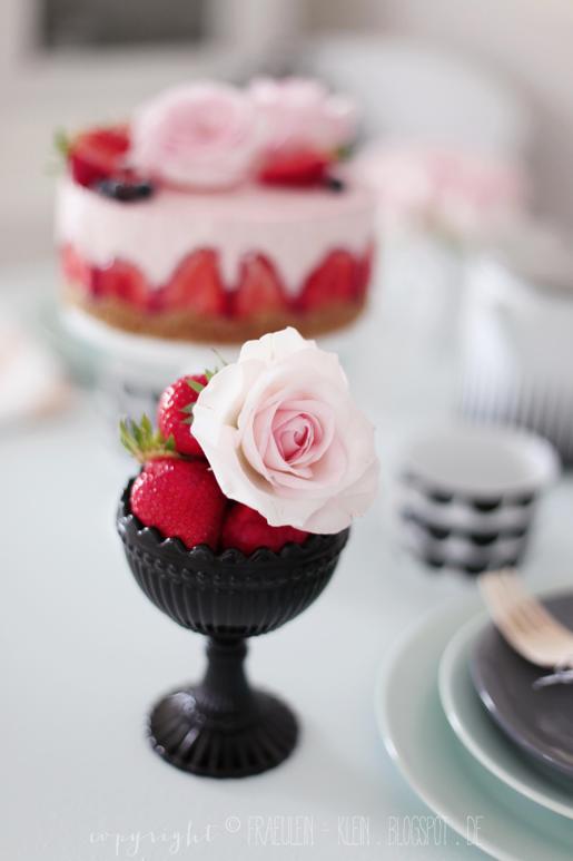 fr ulein klein erdbeerzeit erdbeer rosmarin cheesecake eis no bake erdbeer rosentorte. Black Bedroom Furniture Sets. Home Design Ideas
