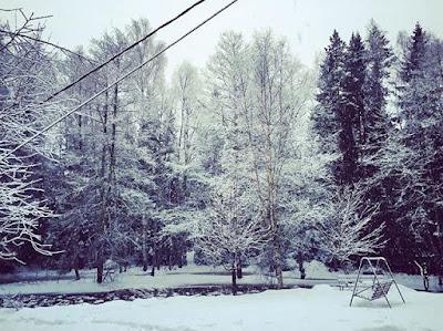 joki auki keskellä lumista maisemaa ahlaisissa
