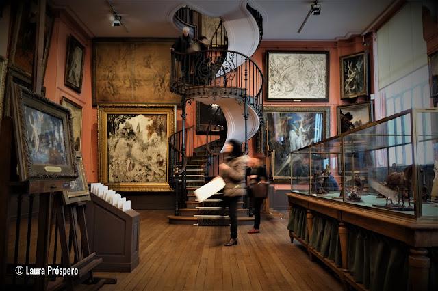 Na casa onde viveu o artista toda a sua vida são exibidos, em quatro níveis, cerca de 1300 pinturas, aquarelas e quase 5.000 desenhos de Gustave Moreau