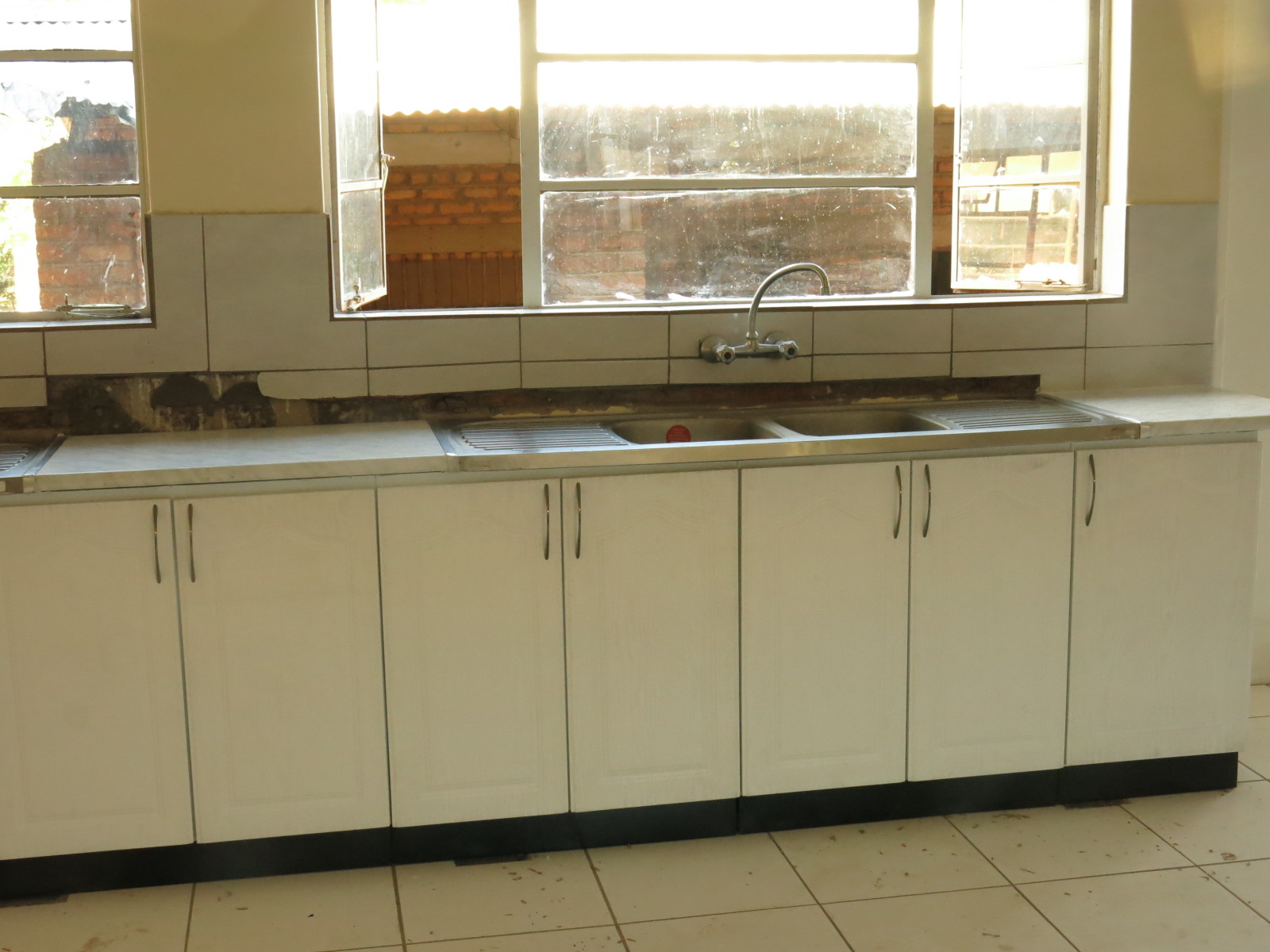 Chidamoyo hospital in zimbabwe busy week lots of visitors for Kitchen cabinets zimbabwe