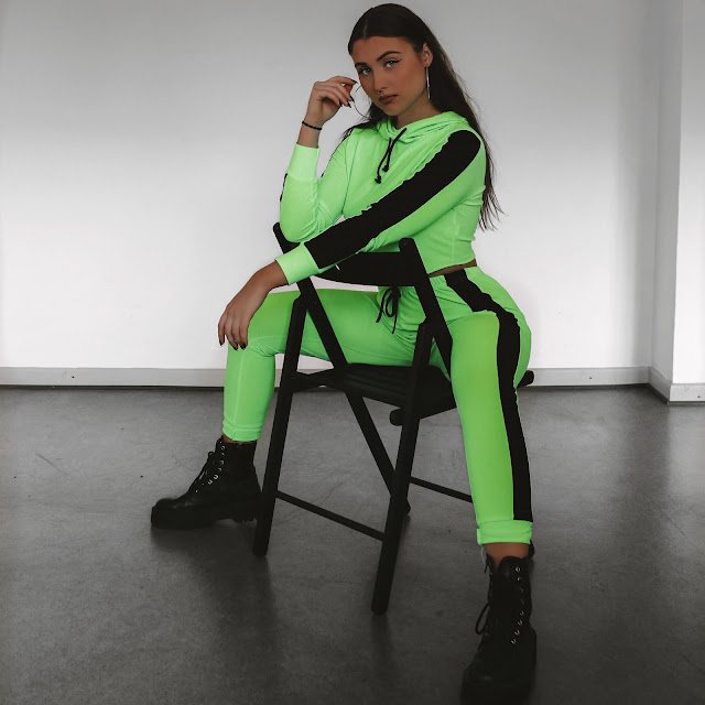 fashionblogger, mode, fashion, ootd, femmeluxefinery, incluencer, cooperation, neon, trend, docs, ootd, dr martens, hair, instagram, blogger deutschland, vanessa worth, blogger uk, co ord, two piece, jogger