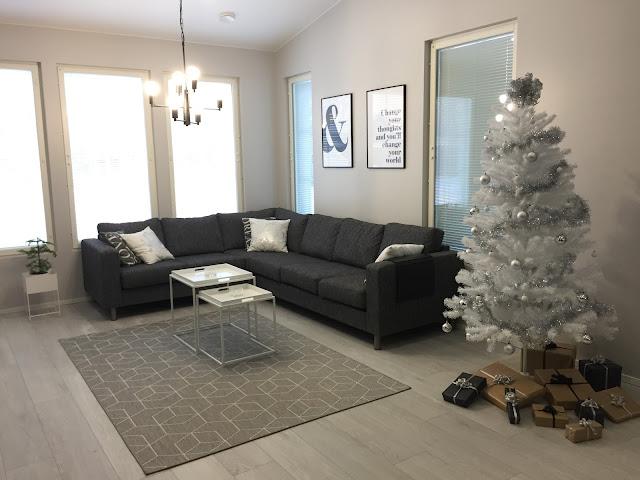 valkoinen joulukuusi, moderni joulu, moderni joulukuusi, huonekuusi, moderni valaisin, desenio, veke.fi, tarjotinpöytä, joulusisustus