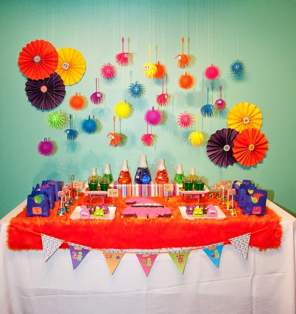 tables en f te une d coration d 39 anniversaire rainbow arc. Black Bedroom Furniture Sets. Home Design Ideas