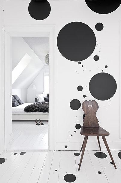 Décoration graphique en noir et blanc dans le couloir qui mène à la chambre