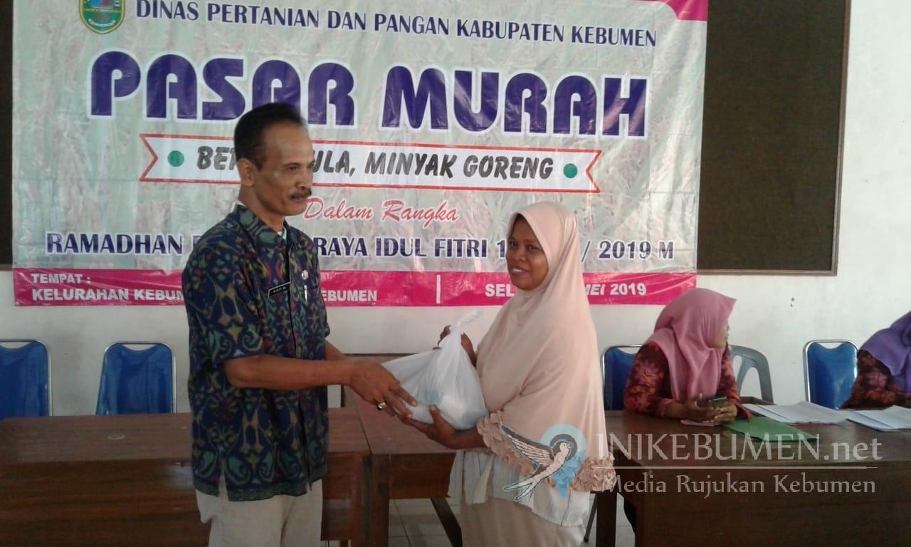 325 Paket Sembako Murah Dibagikan di Kelurahan Kebumen