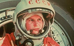 Valentina Tereshkova con casco e tuta.