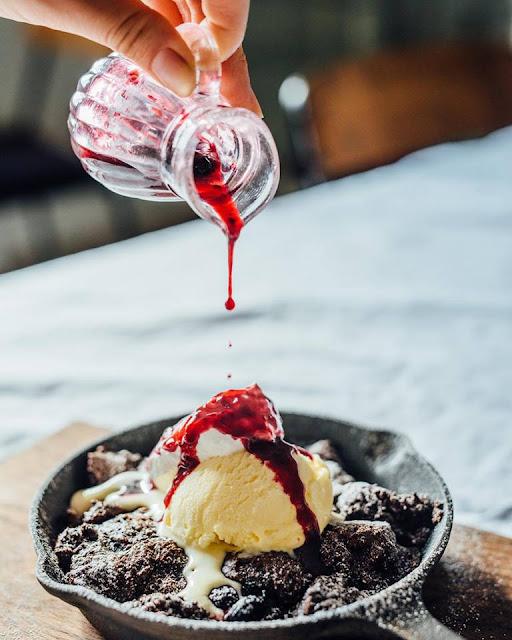 Swan鵝牌極致鵝絨日式刨冰機 鵝絨雪花冰機 #給愛好蔬食的你的刨冰提案 #寫真教室裡的烏雲密布刨冰 裝飾得很漂亮的甜點,使用鑄鐵鍋作為冰淇淋容器,並且提供風味糖漿用來澆淋冰淇淋 -swan-kakigori-Photography-studio-cafe-nana-tsumori-dessert-ice-cream