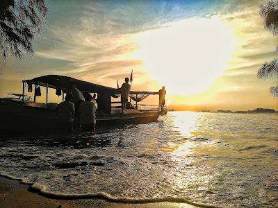 Landscape: Sunset Pada Moment Siluet Dengan Objek Kapal Nelayan