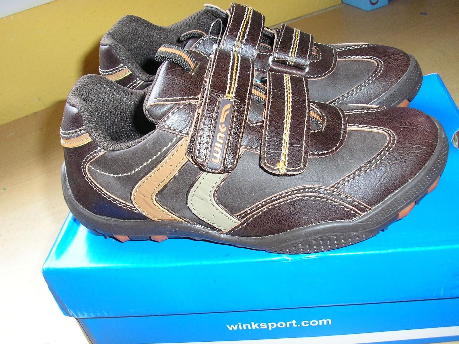 Aztán ahogy jobban körülnéztem észrevettem a polcokon pár akciós edzőcipőt.  Nagyon mérethiányos b68f032bd7
