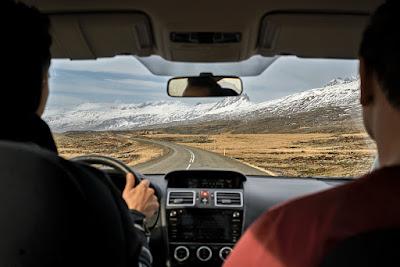 Dos hombres en un viaje por carretera en Islandia