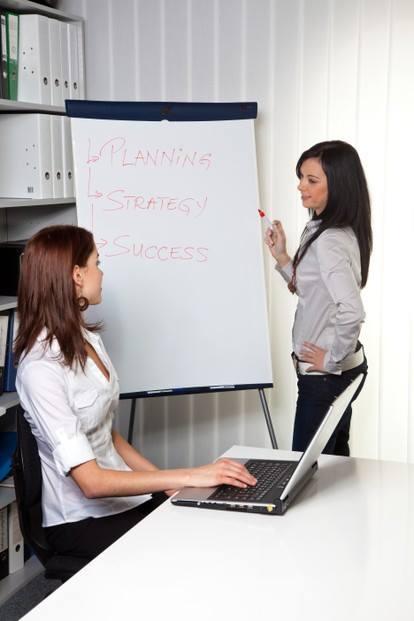 Luyện thi TOEIC part 1: Verbs in actions - Mô tả hành động đang diễn ra