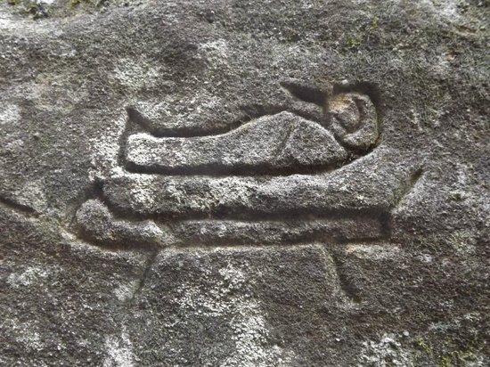 ¿Un sepulcro egipcio? ¿Tutankamón? Sin duda las similitudes son impresionantes; sin embargo esta inscripción se encuentra en Gosford, Australia