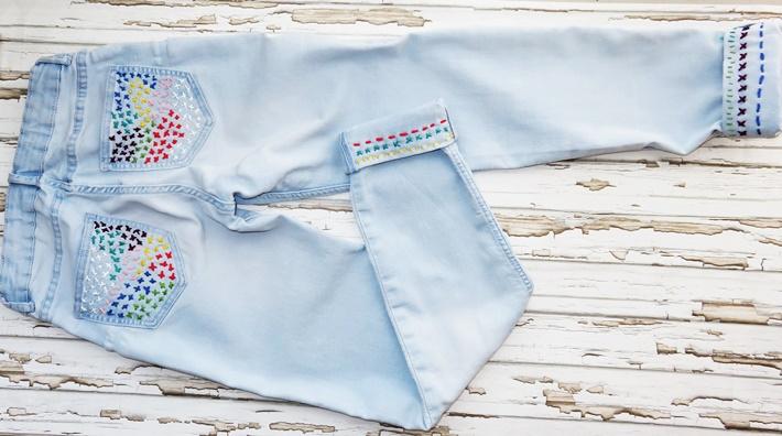 Bestickte Jeans - Ansicht von hinten