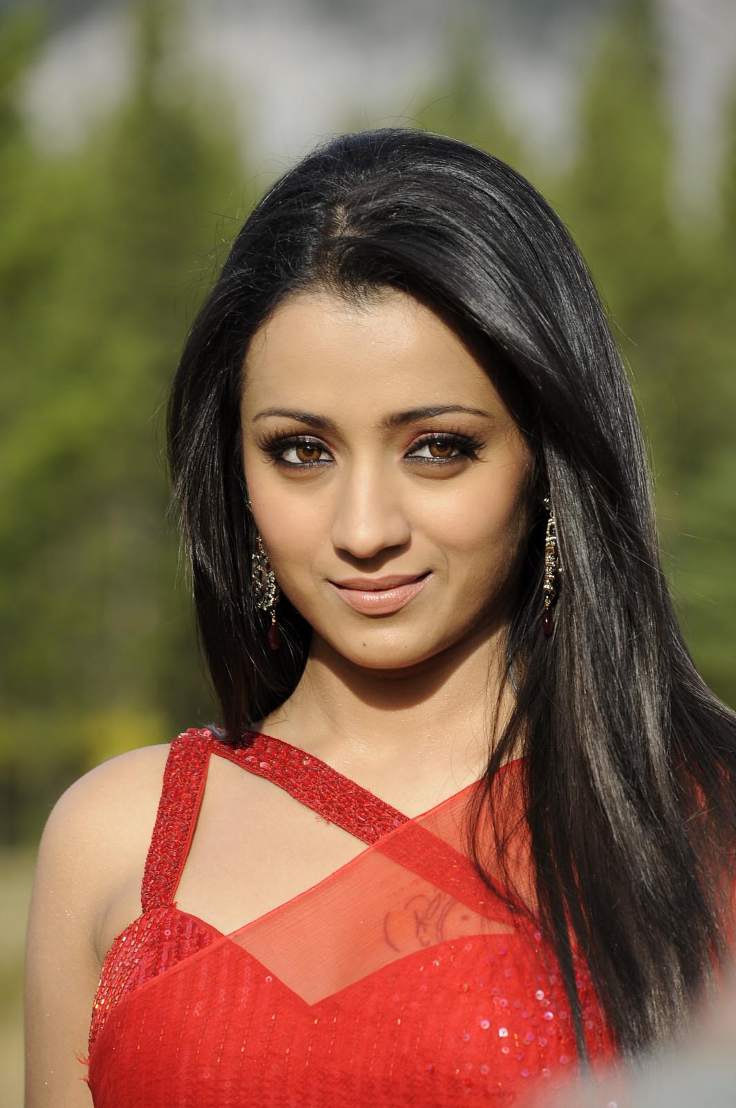 Trisha Krishnan Looking sexy and hot navel In RED Saree HQ ...