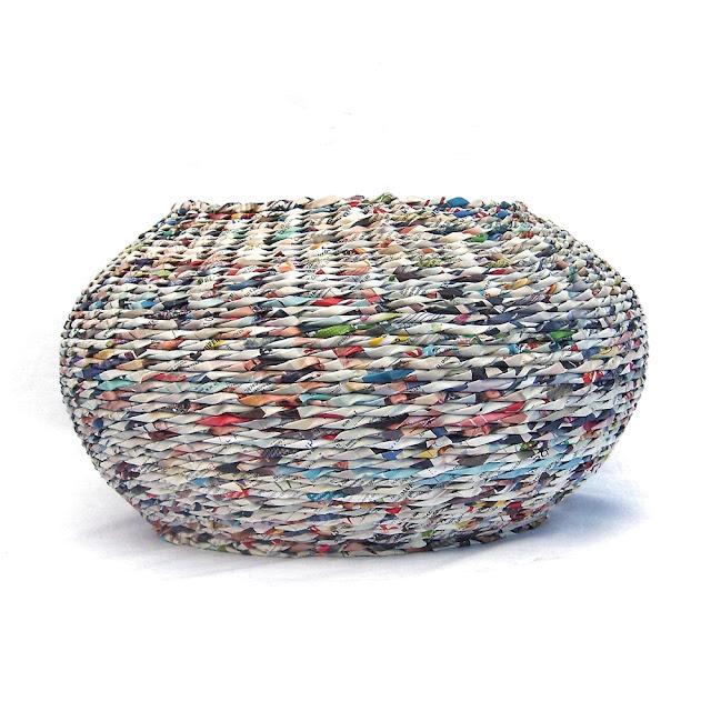 okrągły kosz z gazet