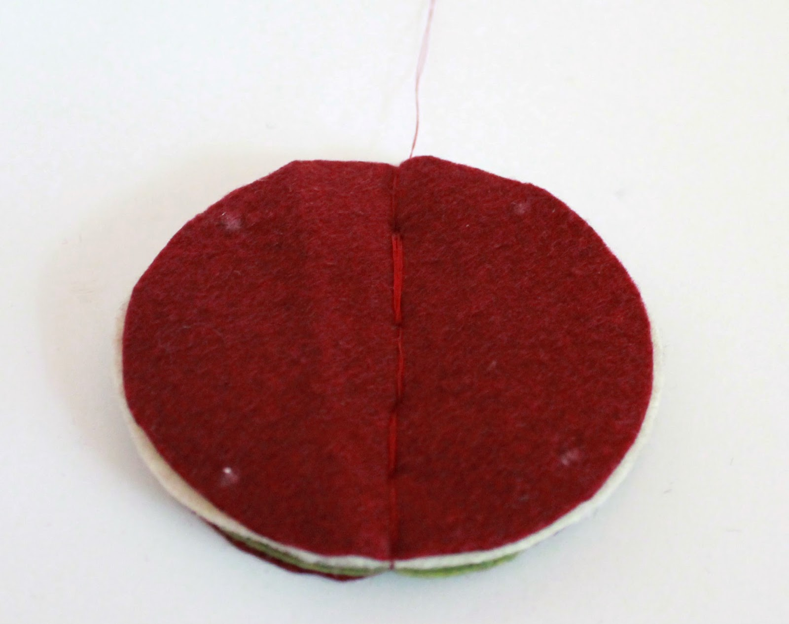 Felt Christmas Bauble Tutorial: Make it with thread or hot glue. | The Inspired Wren