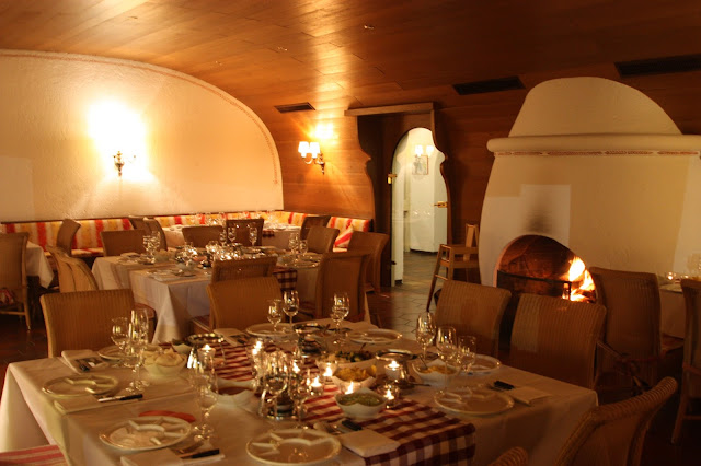 Fondue-Abend im Kaminzimmeri m Seehaus, Winterhochzeit in den Bergen am Riessersee Hotel Garmisch-Partenkirchen in Bayern, Kupfer, Dunkelrot, Hellblau, Grau, Winter wedding abroad Bavaria in copper, ruby red, light blue