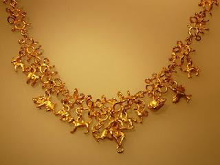 Perhiasan emas pada wanita