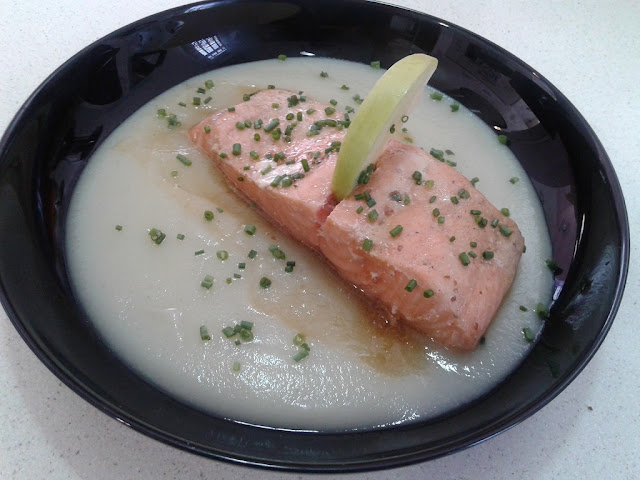 Salmon a baja temperatura con crema de chirivías y manzana