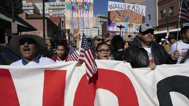 """Trump llama """"idiotas"""" a oponentes de muro en medio de protestas"""