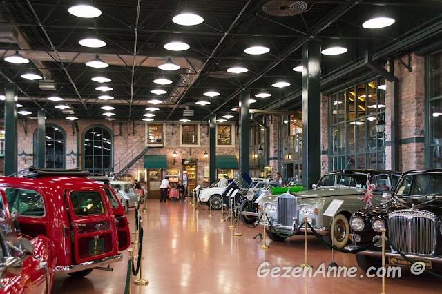 antika arabaların sergilendiği salon ve arkada soluklanmak için cafesi, Rahmi Koç Müzesi İstanbul